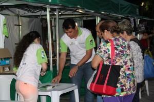 O Observatório Social de Paranaguá distribuiu adesivos e materiais explicativos sobre como e onde a entidade estará atuando em 2015 no município. (Foto: Divulgação)